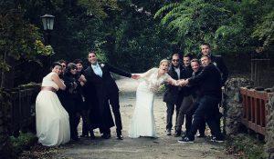 Vidám vendégsereg az esküvőn Tatán