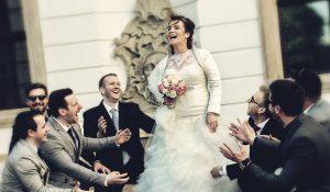 Menyasszony rajongókkal