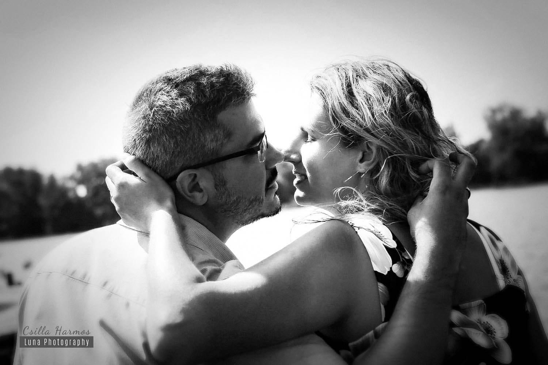 Jegyes fotózás fekete-fehér csókkal