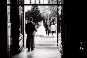 templomi szertartás, esküvői fotózás, atya, pap, várakozás