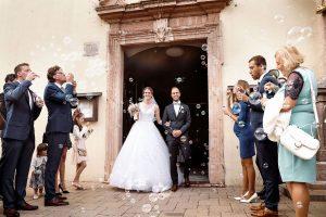esküvői fotózás, templomi szertartás, szappanbuborékok